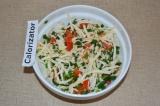 Шаг 5. Смешать в миске сыр, лук и помидор.
