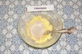 Шаг 2. Добавить мед и муку, вымесить тесто. По консистенции тесто должно получит