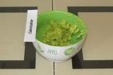 Шаг 1. Размять авокадо вилкой.