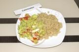 Готовое блюдо: киноа с гуакамоле