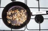 Шаг 3. Обжарить на сковороде грибы и лук.