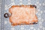 Шаг 5. Натертую морковь разложить на пищевой пленке, промазать сметаной.