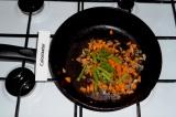 Шаг 4. Добавить в сковороду морковь и спаржевую фасоль, влить 100 грамм воды