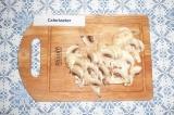 Шаг 1. Нарезать грибы.
