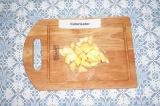 Шаг 1. Яблоко очистить от кожуры и семечек, нарезать на кусочки.