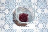 Шаг 4. На дно стакана выложить 1 ст. л. чернично-яблочной смеси, залить до полов