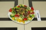 Готовое блюдо: салат с авокадо и кунжутом
