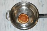 Шаг 5. На сковороде пожарить блины с добавлением небольшого количества масла.