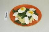 Шаг 8. Выложить на тарелку пшено, поверх стручковую фасоль и две половинки яйца.