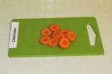 Шаг 5. Кружочками порезать морковь.