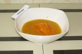 Шаг 7. Добавить к сыпучим ингредиентам тыквенное пюре, воду и масло и тщательно