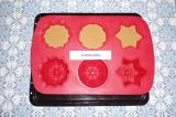 Шаг 5. Перелить тесто в формы, выпекать в разогретой духовке при 180 С 20-25 мин