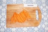 Шаг 1. Морковь нарезать соломкой.