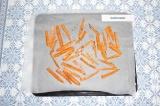 Шаг 5. Выложить морковь на застеленный пергаментом противень и запекать в духовк