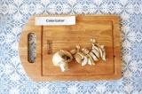 Шаг 1. Нарезать грибы, обжарить на подсолнечном масле.