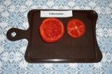 Шаг 2. Срезать верх у помидора, ложкой удалить сердцевину.