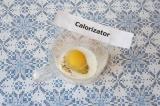 Шаг 3. Взбить яйцо с молоком и травами.