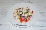 Шаг 6. Брынзу порезать кубиками и добавить в салат. Салат заправить оливковым
