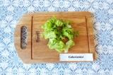 Шаг 1. Порвать руками листья салата.