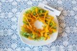 Шаг 6. Выложить листья салата и перец в форме «гнезда».