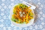 Шаг 7. Из орехово-медовой массы сформировать «яйца», поместить их в центре салат