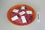 Шаг 7. Выложить на тарелку свекольный рис, сверху кусочками выложить брынзу.