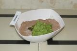 Шаг 4. Соединить сухие ингредиенты и кабачково-яблочное пюре. Поставить выпекат