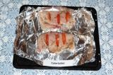 Шаг 4. Разложить кружочки помидоров в «кармашки» куриного филе.