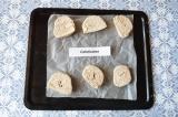 Шаг 6. Застелить противень пергаментом, разложить печенье и выпекать 30 минут пр
