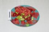 Шаг 6. Уложить овощи и фрукты на тарелку.