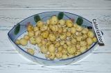 Шаг 1. Картофель очистить и помыть. Посолить, поперчить и приправить травами.