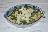 Шаг 4. Добавить лук к картофелю и перемешать.