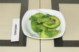 Шаг 2. Авокадо очистить и нарезать.