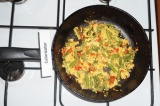 Шаг 9. Добавить взбитое яйцо к овощам, перемешать. Жарить 1-2 минуты. Перед пода