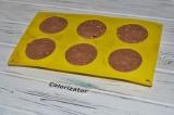 Шаг 6. Творожное тесто распределить по силиконовым формочкам. Выпекать в духовке
