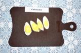 Шаг 7. Яйцо сварить, очистить и нарезать четвертинками.