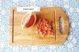 Шаг 1. Очистить грейпфрут от пленок, нарезать кубиками.