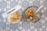 Шаг 5. Смешать кефир с фруктами, разлить по стаканам и украсить ломтиком грейпфр