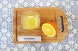 Шаг 1. Из лимона и апельсина выжать сок.