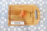 Шаг 2. Грейпфрут очистить и нарезать на мелкие кусочки.