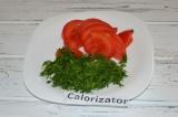 Шаг 2. Нарезать помидоры и измельчить укроп.