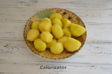 Шаг 3. Молодой картофель помыть и очистить. Заправить его солью и перцем. Хорошо