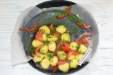 Шаг 6. Добавить картофель и перемешать с овощами. Прикрыть рыбу и картофель пер