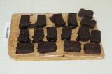 Шаг 10. Окунуть каждый сырок в шоколад и поставить в холодильник на 7-10 минут.