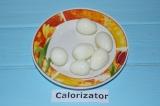 Шаг 5. Яйца отварить и очистить от скорлупы.