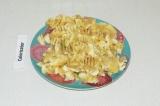 Шаг 2. Банан размять вилкой и соединить с сухими ингредиентами.