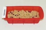 Шаг 5. Равномерно выложить тесто в форму для выпекания.