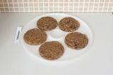 Шаг 7. Сформировать печенье на подносе сушилки или на противне.