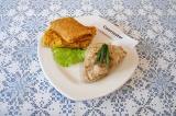 Готовое блюдо: куриное филе с овощными блинами