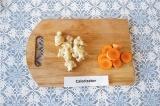 Шаг 2. Морковь нарезать на кружочки, цветную капусту разобрать на мелкие соцвети